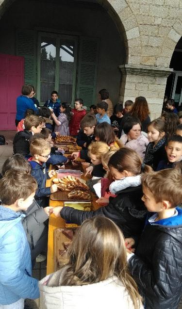 Photos Vente De Gâteaux Des Cp Jeudi 11 Au Profit De Loisirs Et Culture Et Célébration Du Vendredi 12 Pour Les Rameaux