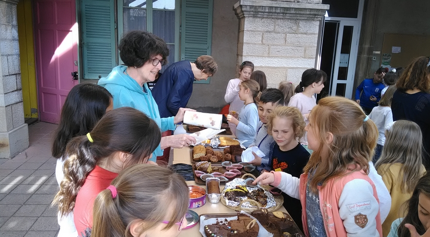 Vente De Gâteaux Du 16 Mai Organisée Au Profit De L'association Loisirs Et Culture, Pour Financer Des Projets Et Activités Pour Les Classes.